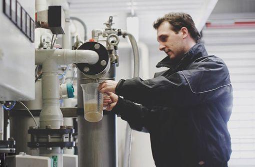 Gregory Weber beim Ziehen einer Wasserprobe. Foto: Gregory Weber