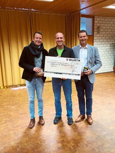 Joachim Straub, Leiter der Roßbergschule, freut sich über eine Spende von Würth.  Foto: Würth Foto: Schwarzwälder Bote
