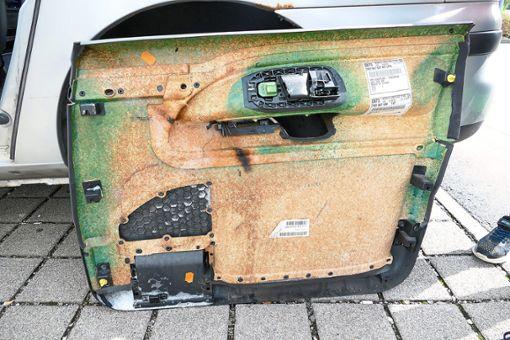 Die Feuerwehr baute die Verkleidung der Fahrertür ab. Eine schwarz-verkohlte Stelle ist sichtbar. Foto: Fuchs