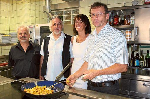 Athanasios Benias (von links) und Vassilios Ganias pachten den Storchen von Gisela und Karl-Heinz Walter. Neu eröffnet wird die Wirtschaft im November. Foto: Stadt Haslach