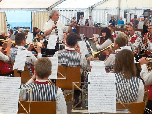 Die Musikkapelle Welschensteinach unter der Leitung von Adam Kalbfuß präsentierte ihr neues Sommer-Programm.  Fotos: DJK Foto: Schwarzwälder Bote