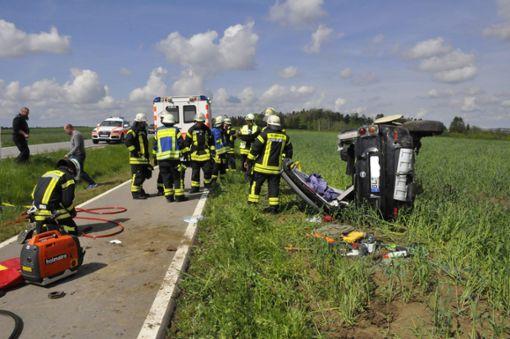 Der Fahrer war in seinem Auto eingeklemmt, die Geislinger Feuerwehr befreite ihn mittels Hydraulikschere und Spreizer aus dem Autowrack. Foto: (sb)