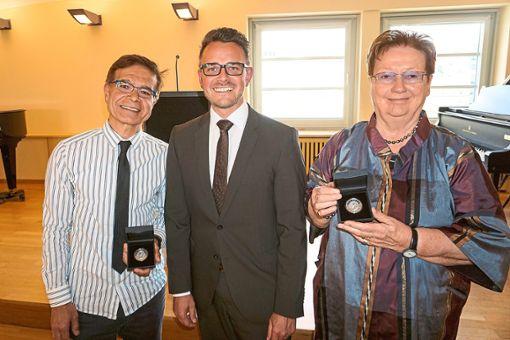 Oberbürgermeister Peter Boch (Mitte) überreichte während einer Feier die Staufermedaille an Christa Mann (rechts) und Ibrahim Sönmezates (links).   Foto: Stadt Pforzheim Foto: Schwarzwälder Bote