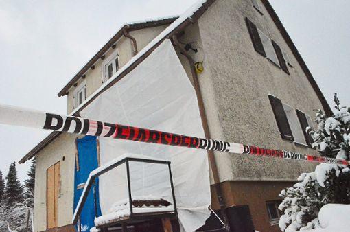 In strongHardt/strong hat eine 56-jährige Frau am Sonntag ihre Tochter erstochen. Daraufhin fuhr sie nach strongTennenbronn/strong zu ihrem Sohn und verletzte diesen schwer. Anschließend ließ sie sich widerstandslos festnehmen. a href=https://www.schwarzwaelder-bote.de/inhalt.hardt-schramberg-56-jaehrige-ersticht-tochter-und-verletzt-sohn.6d91bf9c-dacc-4b6c-91d9-a5b0366fbbbd.htmltarget=_blankstrongZum Artikel/strong/abr Foto: Dold