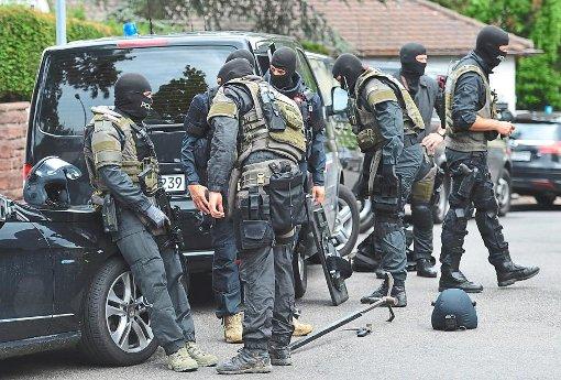 Schwer bewaffnete Polizisten eines Spezialeinsatzkommandos am Tatort in Stuttgart. Foto: Kraufmann