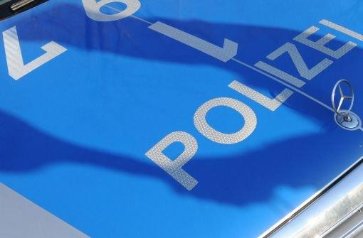 Im Waiblinger Stadtteil Hegnach kracht ein Autofahrer mit seinem Pkw gegen eine Hauswand. Foto: dpa