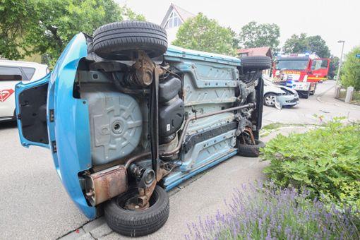 Das Fahrzeug der 82-Jährigen blieb auf der Seite liegen. Foto: Marc Eich