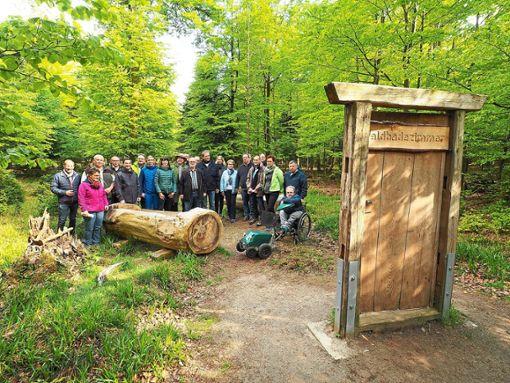 Beim Waldbegang auf dem Sommerberg besuchte der Bad Wildbader Gemeinderat auch das Waldbadezimmer.  Foto: Mutschler