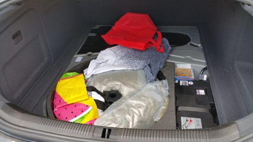 In der Reserveradmulde entdecken die Zollbeamten mehrere Tüten mit insgesamt rund 3,5 Kilogramm Marihuana.  Foto: Zoll