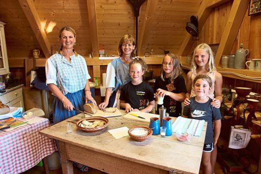 Heimat und Brauchtum rund um Ulla Sökler (von links) und Susanne Gold zeigte im Museumsschuppen, wie man Butter macht.   Fotos: Feinler Foto: Schwarzwälder Bote