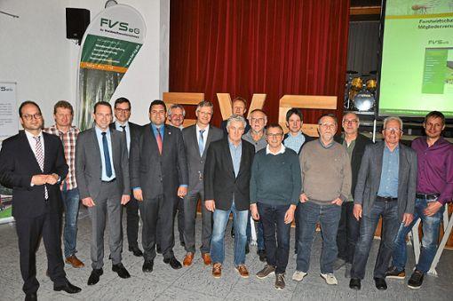Der Gastgeber, Hofstettens Bürgermeister Martin Aßmuth (links), mit den neuen und ehemaligen Mitgliedern des Aufsichtsrats der FVS. Diese wurden am Donnerstagabend gewählt beziehungsweise verabschiedet.     Foto: Kleinberger Foto: Schwarzwälder Bote