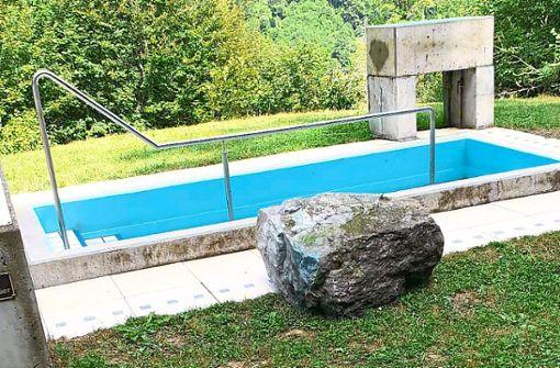 Der schwere Stein sollte allem Anschein nach ins  Kneippbecken gerollt werden.   Foto: Bürger für Bürger