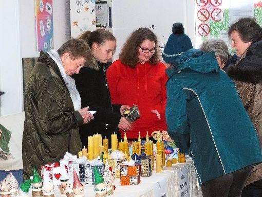 Kreative und handgemachte Kunstwerke von Jugendlichen lockten zum Adventsmarkt im Jugendhaus.   Foto: Stocker Foto: Schwarzwälder-Bote
