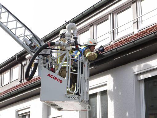 Die Feuerwehr schaute genau hin, ob auch alle Gefahren beseitigt sind. Foto: Eyrich