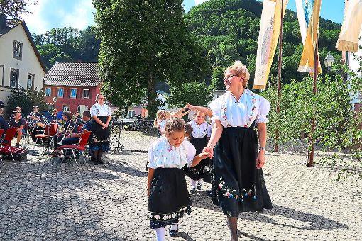 Beim Kirchweihfest: Die Mädchen der Kindertrachtentanzgruppe Kinzigtal präsentierten ihre Volkstänze.  Foto: Bea