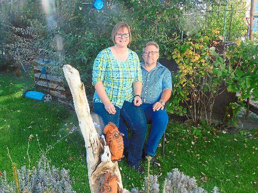 Zuhause im heimischen Garten: Carmen Haberland und ihr Mann Norbert Eckert sind stolz auf das Idyll, das sie zuhause in Rielasingen-Worblingen geschaffen haben. Im Falle, dass die Bürgermeisterkandidatin die Wahl gewinnt, wollen aber beide nach Bräunlingen ziehen.   Foto: C. Biehler Foto: Schwarzwälder-Bote
