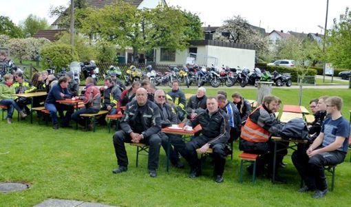 Die Biker nehmen am Gottesdienst im Freigelände teil.  50 Meter lang ist die Reihe der Motorräder in Weiden.   Foto: Rössler Foto: Schwarzwälder Bote
