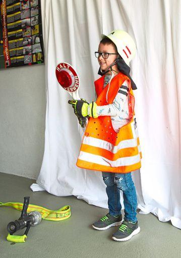 Sein persönliches Feuerwehrfoto durfte auch Luca-Joel Ludwig aus Schwann als Andenken an den Tag der offenen Tür bei der Jugendfeuerwehr mit nach Hause nehmen.  Foto: Helbig Foto: Schwarzwälder Bote