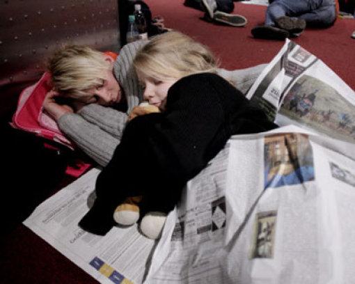 Schneefälle sorgen für Chaos am Flughafen Düsseldorf: Am Sonntagmorgen musste der Flugbetrieb an Deutschlands drittgrößtem Flughafen eingestellt worden - frustrierte Passagiere mussten die Nacht auf Montag im Terminal verbringen. Foto: dpa