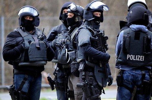 Vermummte Polizisten stürmten ein Haus in Aistaig. Symbolbild. Foto: dpa