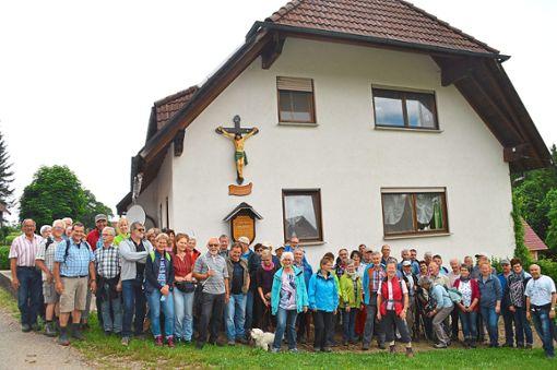 Die Gruppe erhielt von  Xaver Klausmann (links) viele interessante Erkenntnisse aus der Hardter Historie vermittelt.  Fotos: Anton Foto: Schwarzwälder Bote