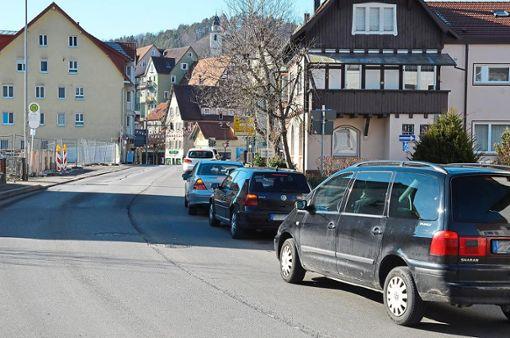 Am Dienstagmorgen staute sich der Verkehr vom Ortseingang von Mühlen kommend bis zur Kreuzung Neckarstraße. Die Autofahrer nahmen es größtenteils gelassen.  Foto: Reich