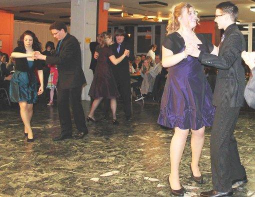 58 Schüler der Realschule Löffingen luden zu ihrem Tanzabschluss und wirbelten dabei flink übers Parkett.  Foto: Bächle Foto: Schwarzwälder-Bote
