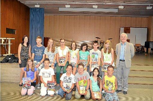 Die Albeck-Schüler haben gut beim Englisch-Wettbewerb abgeschnitten. Darüber freuen sich Lehrerin Stephanie Wössner (links) und  Schulleiter Wolfgang Peiker. (rechts).   Foto: Schule Foto: Schwarzwälder-Bote