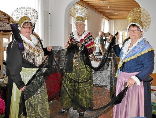 Fein gesponnenes Tuch, kunstvoll gefertigte Hauben und vieles mehr gibt es auf dem Trachtenmarkt in Bad Dürrheim zu sehen und altes Handwerk zu bestaunen.   Fotos: Kaletta Foto: Schwarzwälder Bote