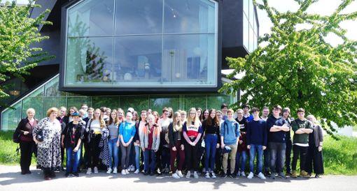 Die  Gruppe der AMG-Schüler vor dem Vitra-Haus in Weil am Rhein  Foto: Schwarz Foto: Schwarzwälder Bote
