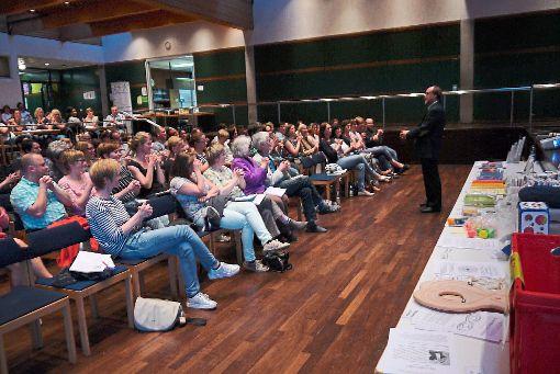 Der Referent und Diplom-Pädagoge Detlef Träbert zeigt Eltern in der Wolfacher Festhalle Entspannungsübungen, die die Konzentrationsfähigkeit in den Lernpausen erhöhen sollen.   Foto: Kornfeld