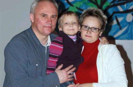 Mit Mama und Papa zurück nach Weißrussland: Nach einem Jahr verlässt Masha Viarheichyk gesund die Kinderklinik Tübingen. Foto: Verein