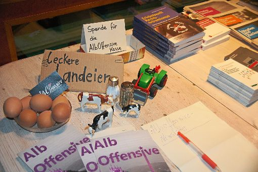 Auf dem Tisch mit Infomaterial beim Vortrag der Alboffensive in Gauselfingen gab es auch Landeier.  Harry Ebert spielte als Thema an diesem Abend allerdings kaum eine Rolle, die von ihm befürwortete AfD dagegen schon. Foto: Rapthel-Kieser