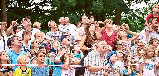 Geht das gut? Beim Eierflugwettbewerb am Rottweiler Wasserturm sind die Augen gespannt nach oben gerichtet.   Foto: Siegmeier