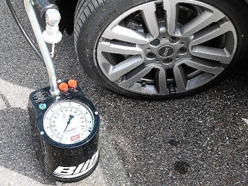 Reifenprüfung: Hier noch ein klassisches Gerät, an dem es Luft kostenfrei gibt.   Foto: Zeger