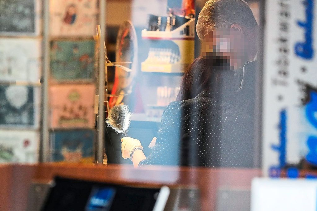 Die Kriminaltechniker sicherten den Vormittag über Spuren in dem Tabakladen in der Niederen Straße. Foto: Eich Foto: Schwarzwälder Bote
