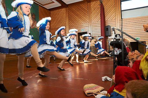 Die junge Garde der Heuliecher tanzt.    Foto: Ziechaus Foto: Schwarzwälder Bote