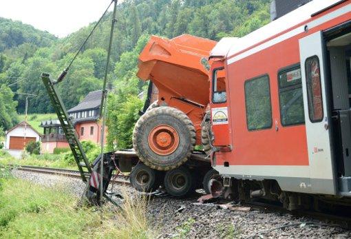 Beim Zusammenstoß eines Regionalexpresses mit einem Sattelzug am Bahnübergang in Talhausen sind am Freitagmorgen 33 Menschen verletzt worden, vier davon schwer. Foto: dpa