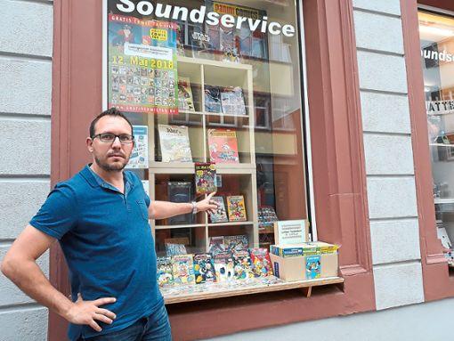 Gunnar Frey hat die unerwünschten Aufkleber an seinem Schaufenster in der Villinger Färberstraße entfernt.  Foto: Huber