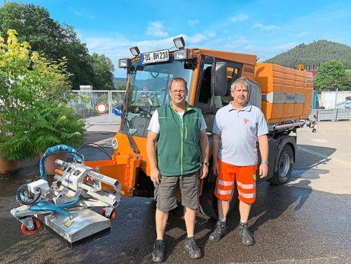 Nikolai Züfle (links), Leiter der Gemeindegärtnerei,  und Hans-Martin Faißt, Mitarbeiter der Gemeindegärtnerei.   Foto: Klumpp Foto: Schwarzwälder Bote