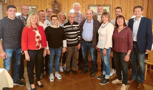 Der Skiclub  Loßburg ehrte bei der Hauptversammlung  langjährige Mitglieder. Auf dem Bild zu sehen sind  (von links) Chris Haug,  Kurt Eppler (20 Jahre Mitglied), Traude Widmaier (40), Ernst Schillinger (40), Bernhard Pfefferle, Juliane Schwab (40), Gisela Stumpf (40), Heinz Ortmann (40), Walter Pfau (40), Gerhard Pfau (40), Eberhard Steinbach (40), Carola Mayer, Mario Haug, Marlies Rothfuß (40) und  Vorsitzender Martin Benzing.  Foto: Skiclub Foto: Schwarzwälder Bote