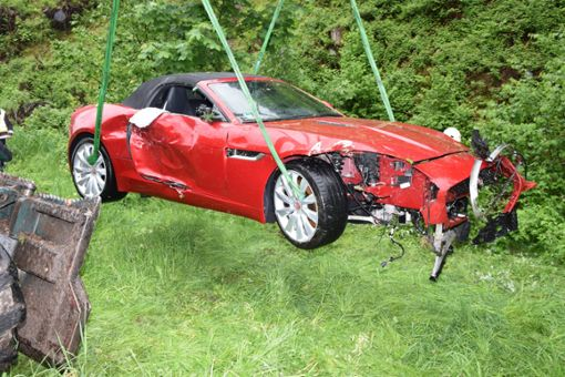 Ein Abschleppunternehmer konnte das Auto nicht mit einem Kran bergen. Es musste ein Forstfahrzeug besorgt werden. Foto: Kamera24