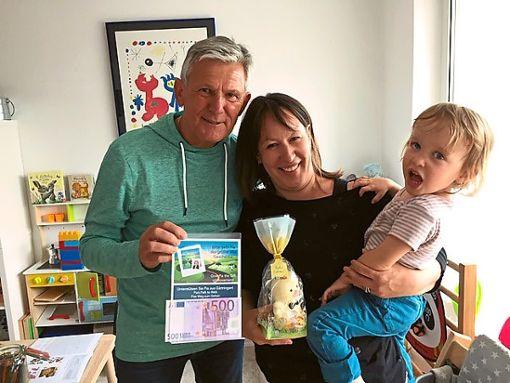 Darauf ist er stolz: Ernst Kluge aus Dobel beim Besuch der dreijährigen  Pia und ihrer Mutter Jamie in Gärtringen.   Foto: Gegenheimer Foto: Schwarzwälder Bote