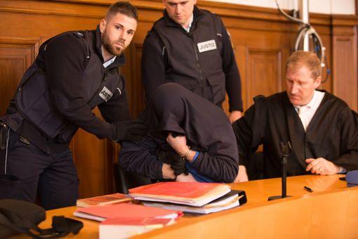 Beim Prozessauftakt richten sich alle Blick auf den Mann auf der Anklagebank. Foto: Graner
