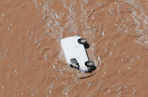 Ein Lieferwagen wird in Südfrankreich von den Wassermassen mitgerissen Foto: dpa