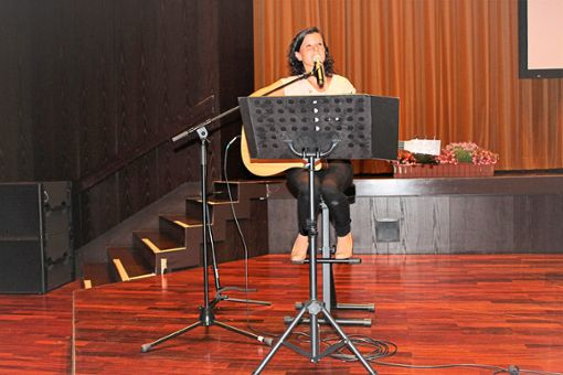 Steffi Neumann macht den Gläubigen mit ihren Liedern Mut.  Foto: Breisinger Foto: Schwarzwälder Bote