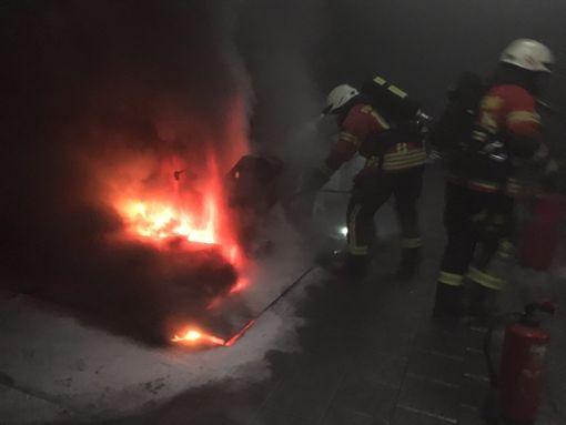 Die Feuerwehr brachte den Brand unter Kontrolle. Foto: Dieter Fecker