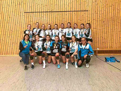Stolz präsentieren die jungen Villingerinnen ihre Medaillen für den Turniersieg.  Foto: Herzner Foto: Schwarzwälder Bote