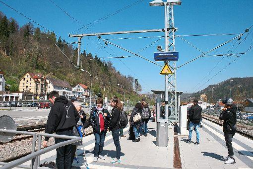 Diese Bahnfahrgäste warten am Oberndorfer Bahnhof darauf, ihre Reise endlich fortsetzen zu können   Foto: Danner