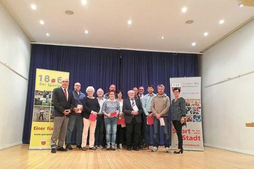 Die anwesenden geehrten Mitglieder mit dem Vorsitzenden Klaus Maier (links)   Foto: Steinmetz Foto: Schwarzwälder Bote